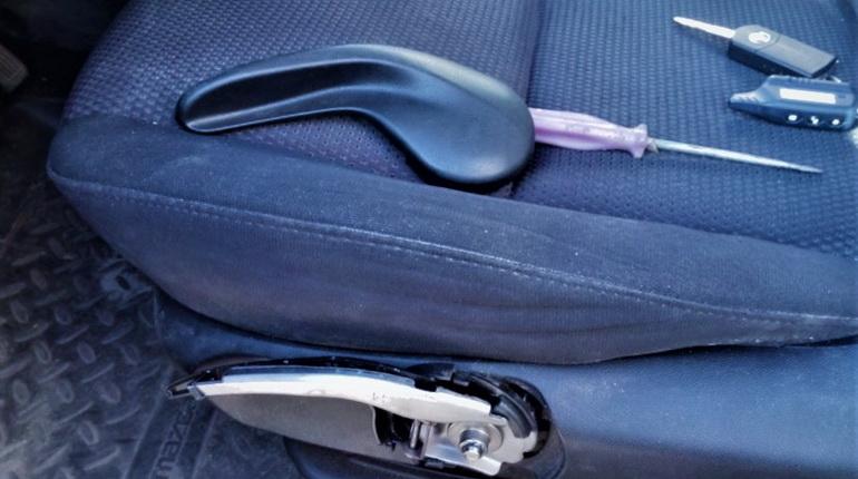 сиденье в авто, отвертка на сиденье машины, автомобильное сиденье