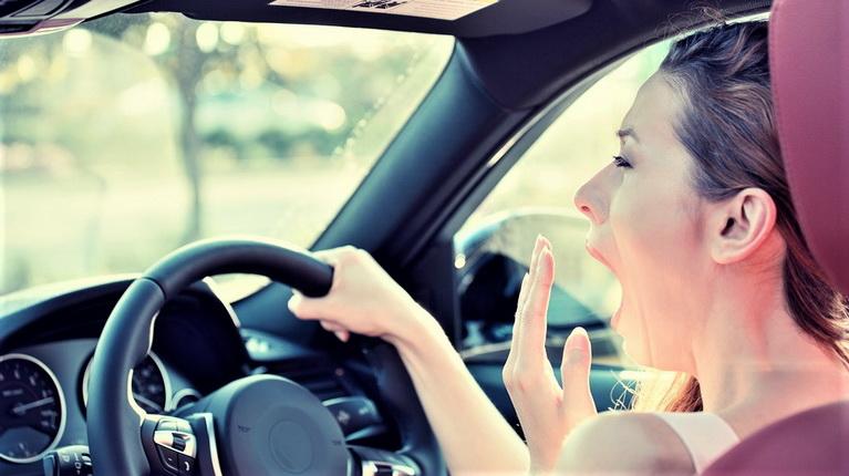 если хочется спать в дороге, сонливость за рулем, девушка зевает за рулем