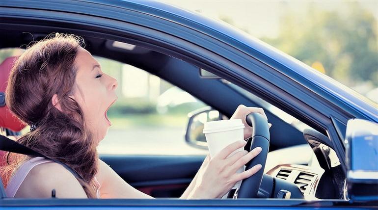 если хочется спать в дороге, сонливость за рулем, девушка зевает за рулем, кофе чтобы не спать за рулем