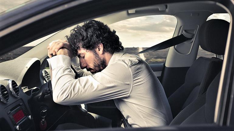 если хочется спать в дороге, сонливость за рулем, мужчина спит за рулем