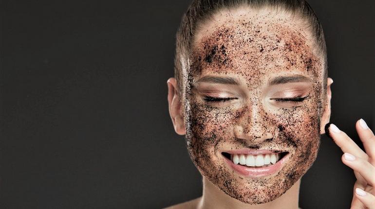 девушка с маской из кофе, маска из кофе на лице девушки