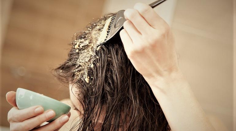девушка с кисточкой для волос, девушка наносит маску на волосы