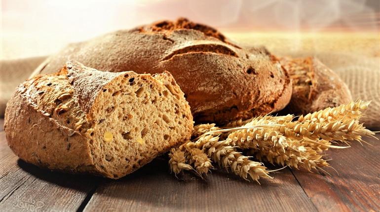 хлеб с колосками, разрезанный ржаной хлеб
