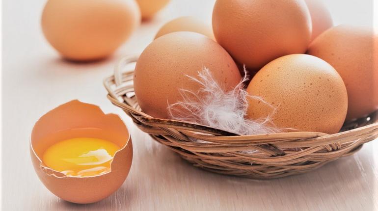 разбитое яйцо и целые яйца, яйца для ухода за лицом, желток для ухода за лицом