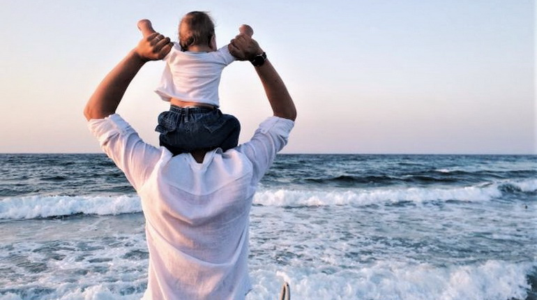 грудной ребенок у папы на плечах, грудной ребенок на море, грудничок и папа