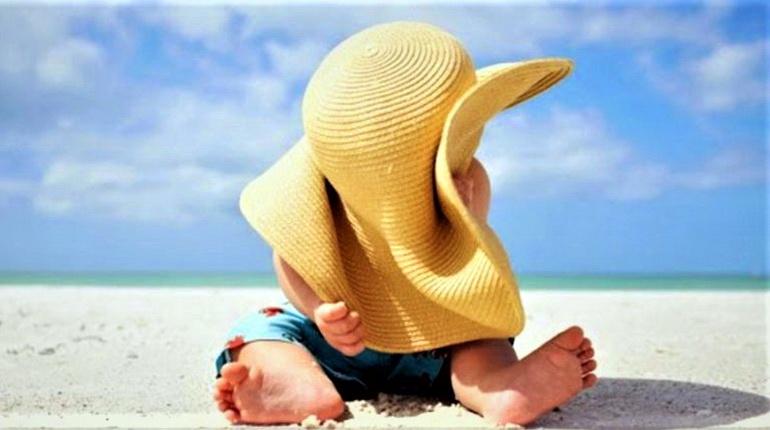 маленький ребенок на море, грудной ребенок, ребенок в шляпе на море