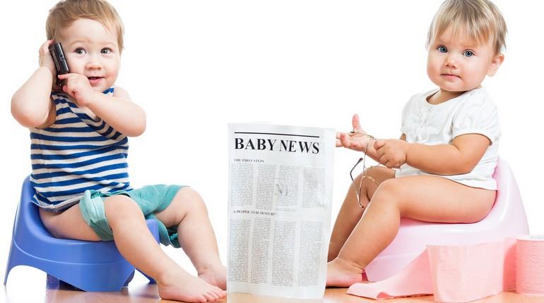 мальчик и девочка сидят на горшке, дети на горшке с газетой