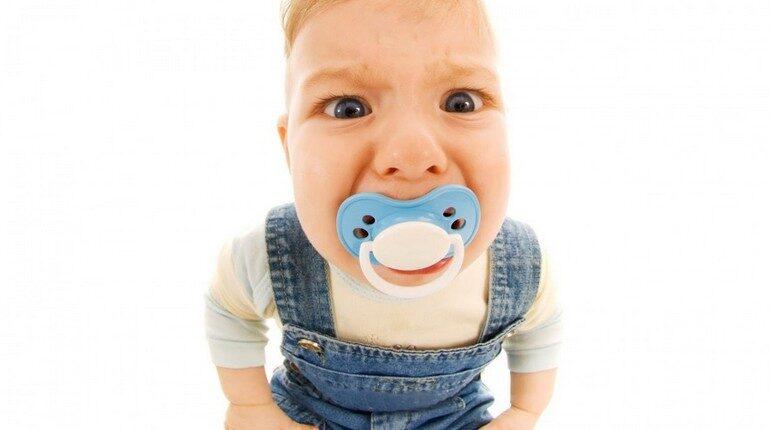 ребенок с пустышкой, младенец с соской