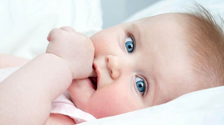 ребенок держит палец во рту, младенец без соски