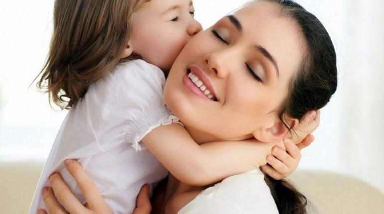 малышка обнимает маму, девочка на руках у мамы