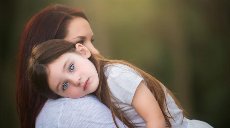 девочка у мамы на плече, дочка с мамой