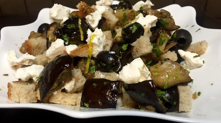 салат из баклажанов, тарелка с салатом