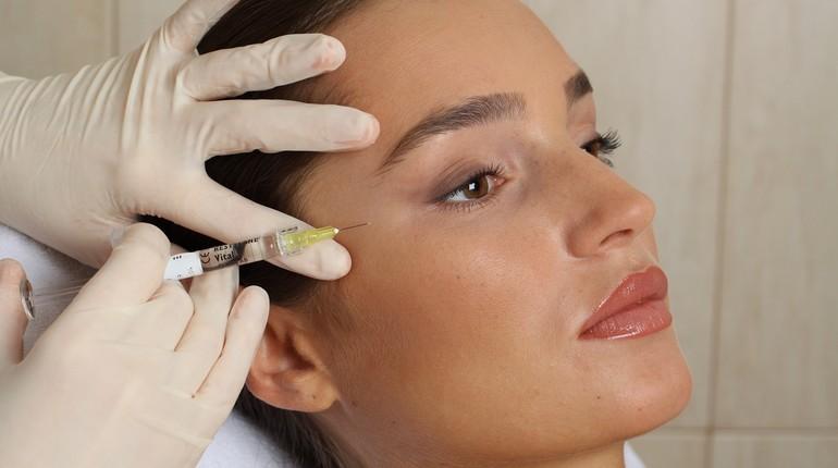 уколы красоты, девушка у косметолога, мезотерапия