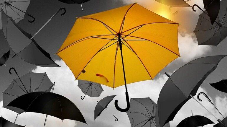желтый зонт на фоне черных, зонты при плохой погоде