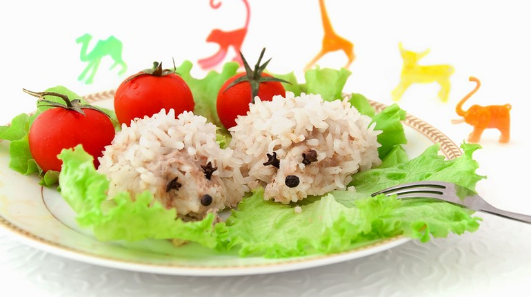 ежики на тарелке, блюдо оформлено в виде зверюшек