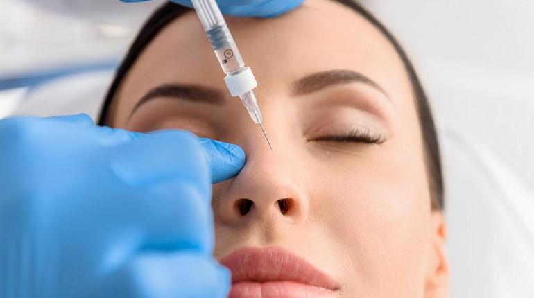 девушка на приеме у косметолога, исправление формы носа