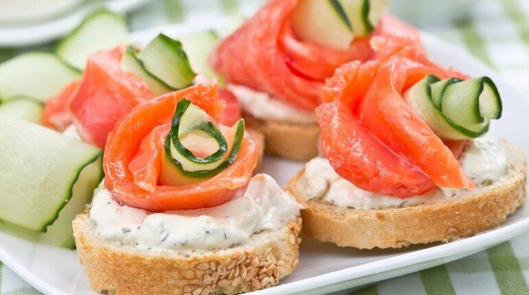 бутерброды с лососем, брускета с красной рыбой, закуски на праздничный стол