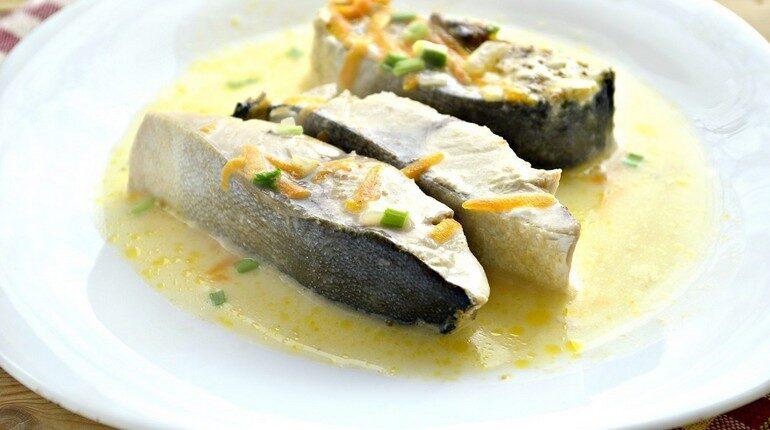 тарелка с рыбой, блюда на праздник, рыба по гречески