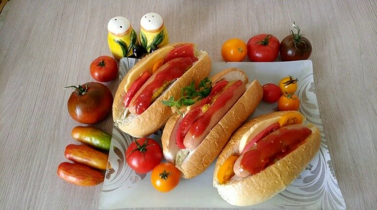 хот доги, закуска для детского лраздника, булочки с сосисками и овощами