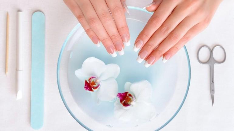 ванночка для рук, женские руки с маникюром