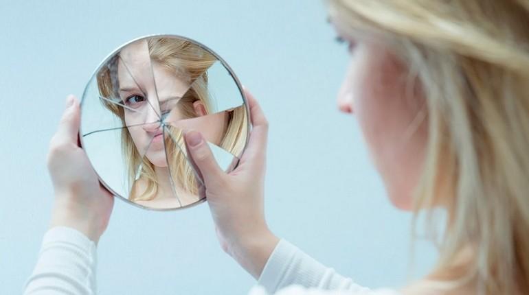 девушка смотрит в разбитое зеркало, отражение в разбитом зеркале