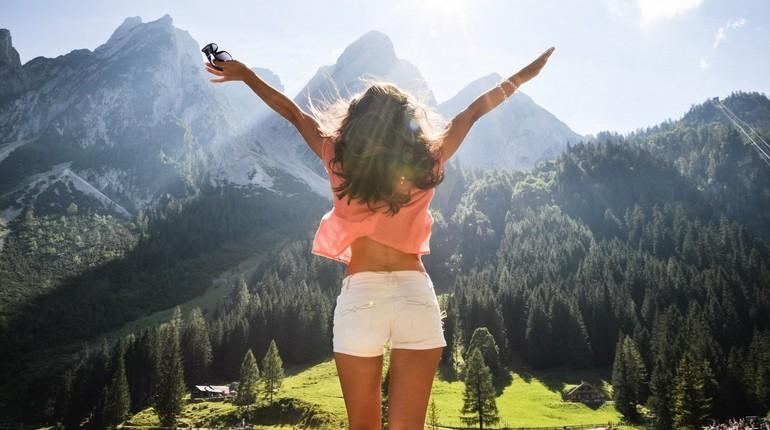 девушка радуется жизни, девушка в горах