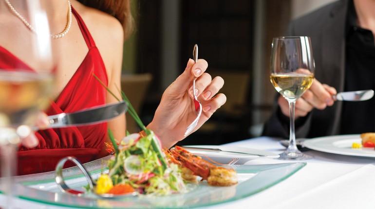 девушка кушает в ресторане, салатик в удовольствие