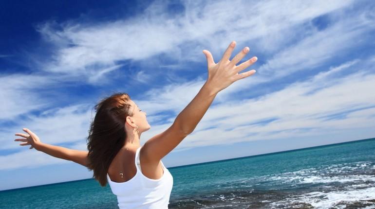 девушка возле моря, радость жизни