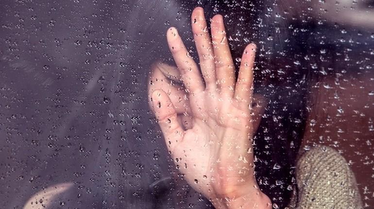 за окном идет дождь, девушка возле окна, женская рука за окном