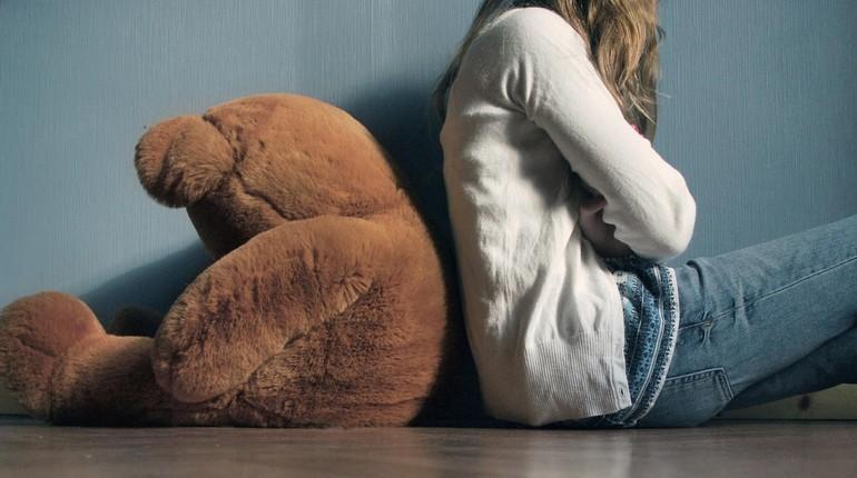 девушка обижается, девушка сидит спиной к плюшевому мишке