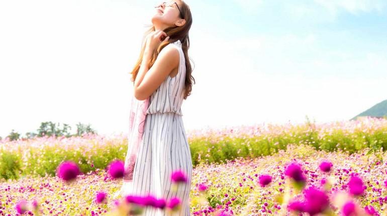 девушка стоит на цветущем лугу, летний день, девушка в цветах