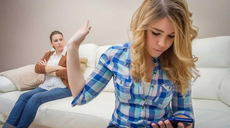 две девушки ссорятся, одна девушка пытается что то доказать другой