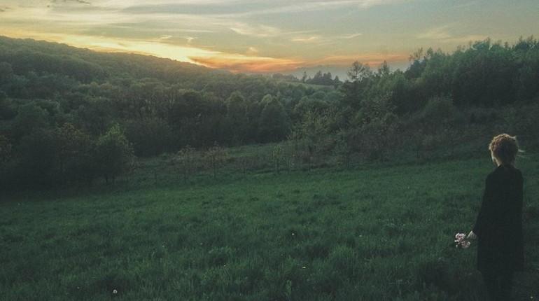 лес и речка вдали, природа, девушка на прогулке