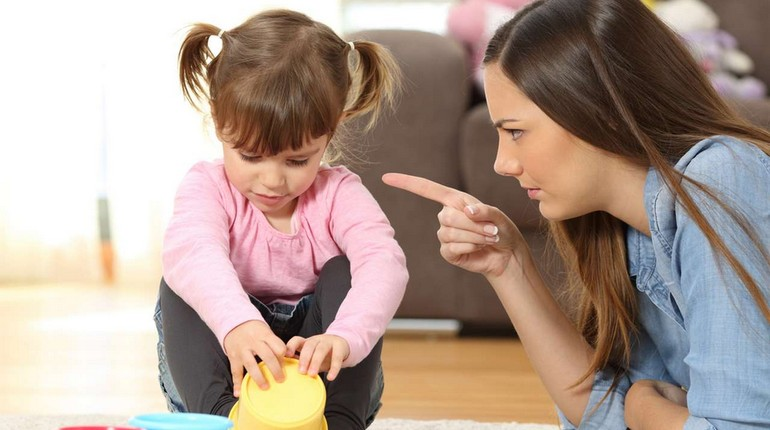 мама отчитывает девочку, девочка слушает наставления мамы, строгая мама