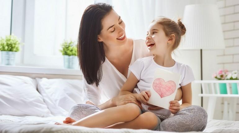 мама с дочкой весело смеются, девочка с мамой радуются