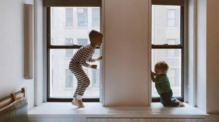 дети играют в просторной комнате, игры ребят