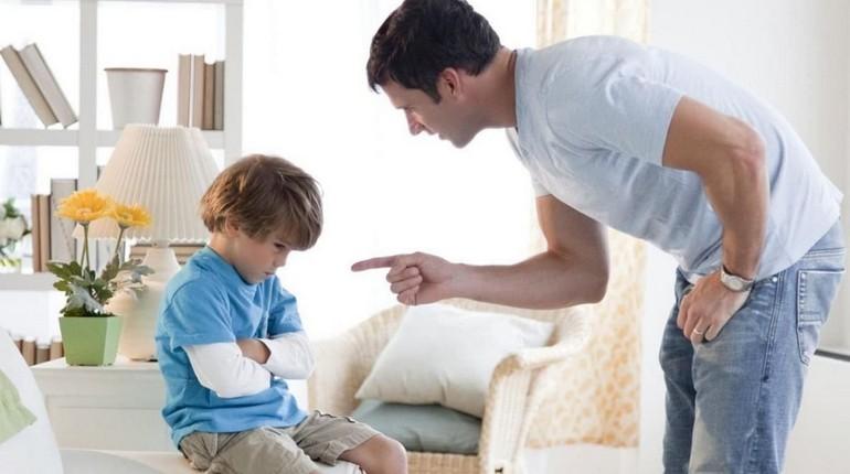 мужчина ругает ребенка, мальчик заслужил выговор от папы, строгий папа и сын