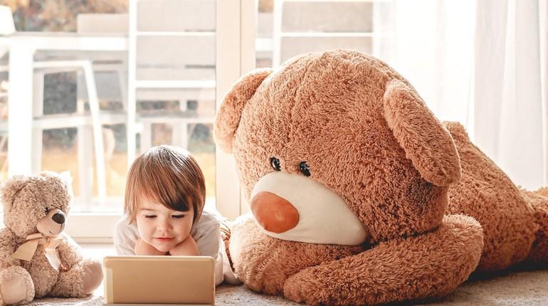 ребенок играет с огромным медведем, мальчик с ноутбуком и игрушечные медведи