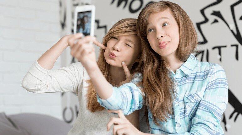 подростки балуются, девочки дурачатся