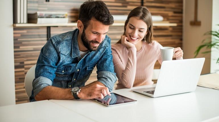 парень с девушкой на работе,девушка с парнем мило беседуют за рабочим столом