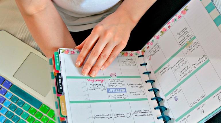 девушка планирует свой день, записи в ежедневнике