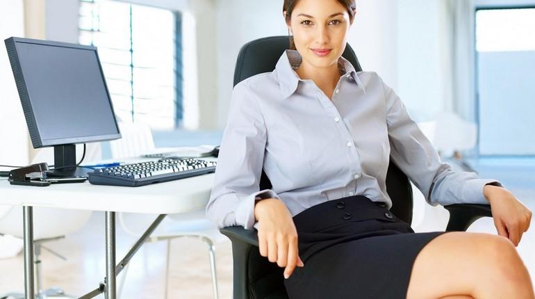 успешная девушка сидит в офисе, офисная работница