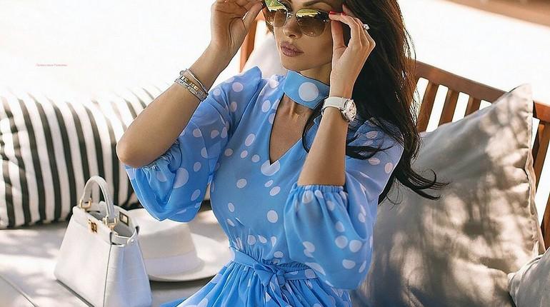 успешная девушка в солнечных очках, девушка в кафе за столиком