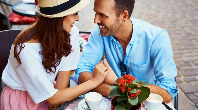 парень улыбается девушке, парочка беседует