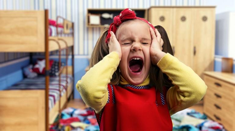 девочка кричит закрыв уши руками, непослушный ребенок
