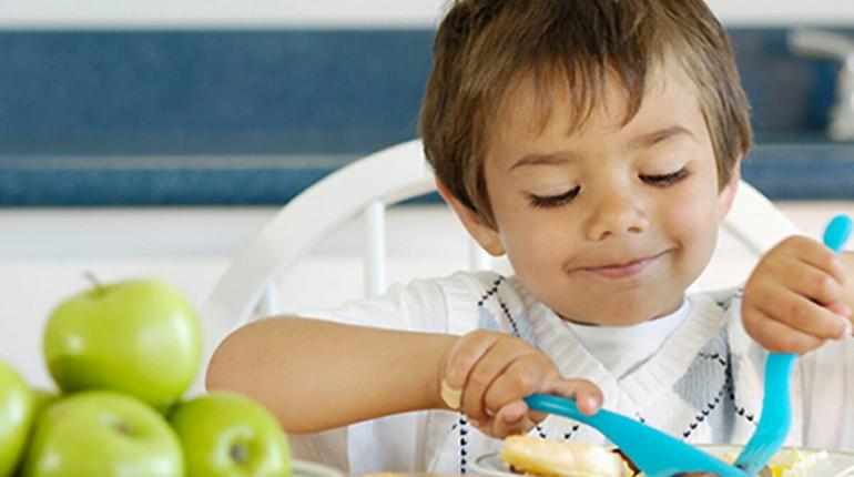 малыш кушает за столом, мальчик ест овощи