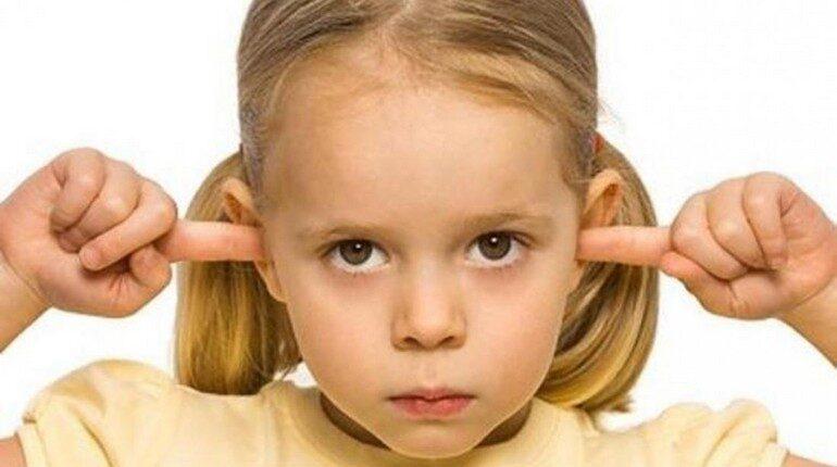 девочка ничего не хочет слушать, ребенок заткнул пальцы ушами