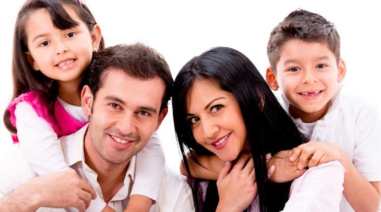 счастливая семья, родители и дети, сын и дочка в семье