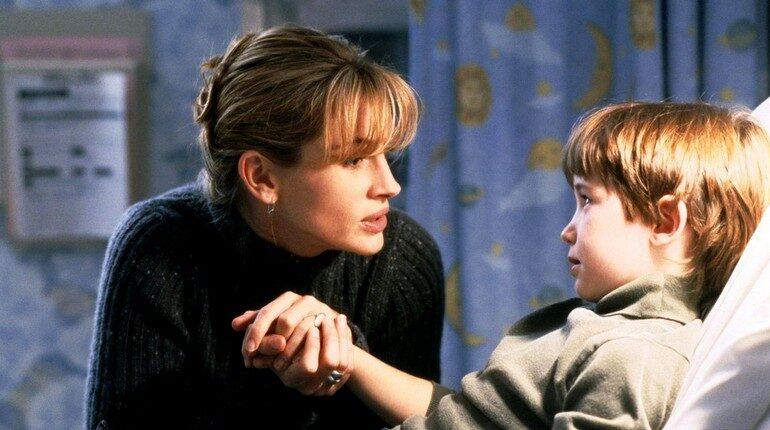 кадр из фильма, мама разговаривает со своим сыном, семейный разговор