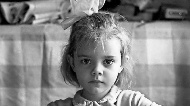 грустная девочка, серьезный ребенок